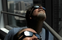 Reuters Video: Fake glasses sell ahead of eclipse
