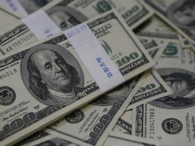 Dollar holds advantage over low-yielders, Australian dollar looks to RBA
