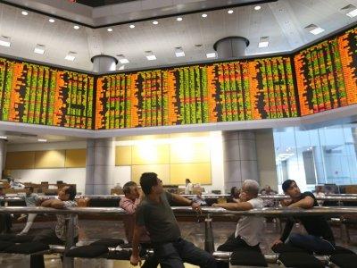 Bursa Malaysia ends lower, Top Glove weighs on KLCI