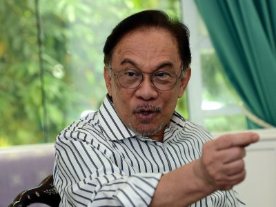 Anwar sees Putrajaya as kow-towing to 'big taukes' by not stopping sectors rife with Covid-19