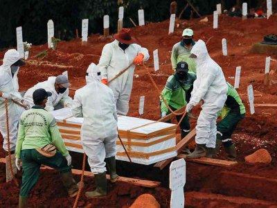 替疫情死者挖坟墓 印尼出怪招惩罚拒戴口罩者