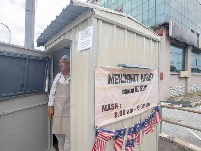 Ipoh cobbler lives in tiny booth where he operates following his wife's passing