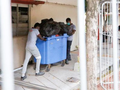 Most Singaporeans too reliant on cleaners, unwilling to pick up trash from the ground, study shows