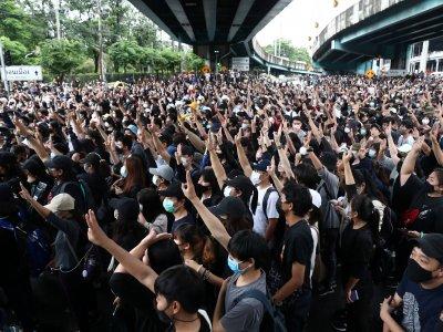 继续无视禁令!黑衣示威者曼谷分散出击