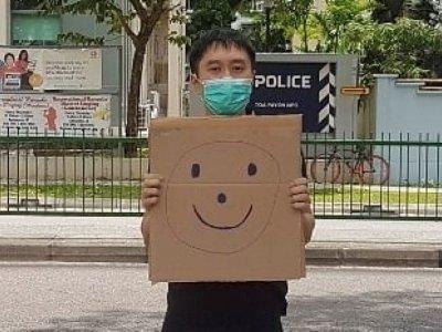 警局外举笑脸抗议     狮城民运人士违公共秩序遭起诉