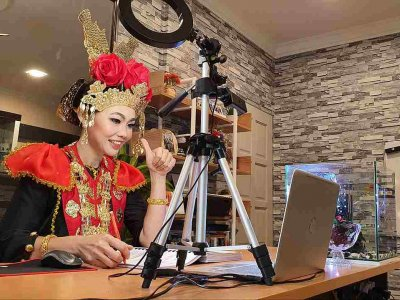 Sarawak teacher brings fun to online classes by wearing traditional Malaysian costumes