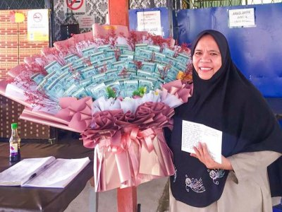 Sabahan woman surprises mum with birthday gift of RM3,000 cash bouquet using hard-earned savings