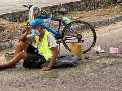 骑脚车撞路洞摔倒 老伯自掏腰包把洞补了