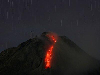 印尼默拉皮火山爆发!岩浆流出伴随轻微地震