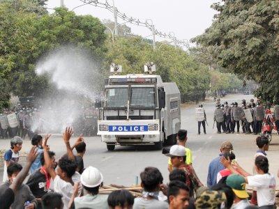 缅甸军警实弹镇压示威2死!新加坡:不可原谅行为