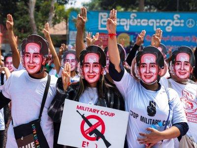 缅甸民众继续上街抗议      昂山淑姬视像出庭加控一罪