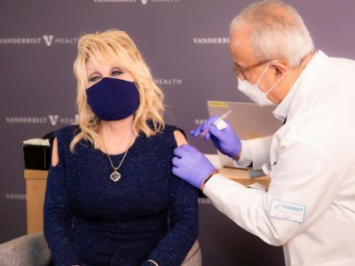 Queen of country music Dolly Parton gets vaccinated with Moderna vaccine she helped to fund (VIDEO)