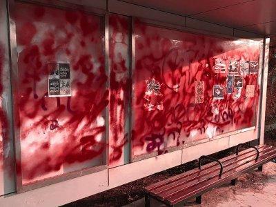 缅甸新年示威者喷红漆 抗议军方血腥镇压
