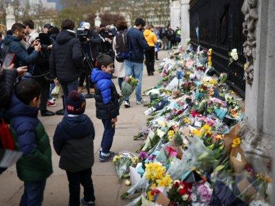 菲利普亲王逝世不举行国葬      英国民众献花哀悼