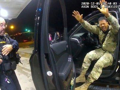 被白人警拦查喷胡椒喷雾         美国非裔军人索赏百万美元