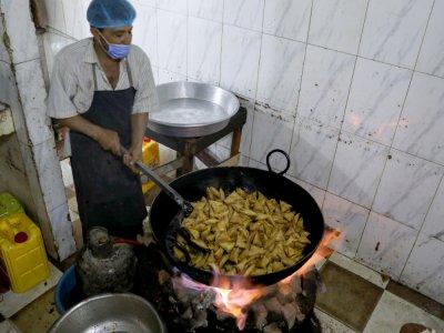 Mouth-watering snacks bring joy to Yemen during Ramadan