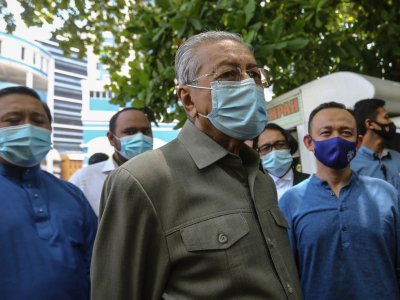 After working with 'extreme' DAP, Dr M says possible Umno can too