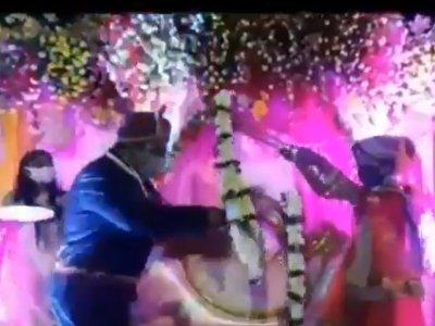用竹子交换花环保持距离?印度新婚夫妇自创SOP反被轰愚蠢!