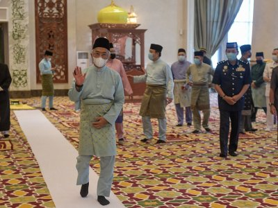 Agong, Permaisuri perform Aidilfitri prayers with Istana Negara staff