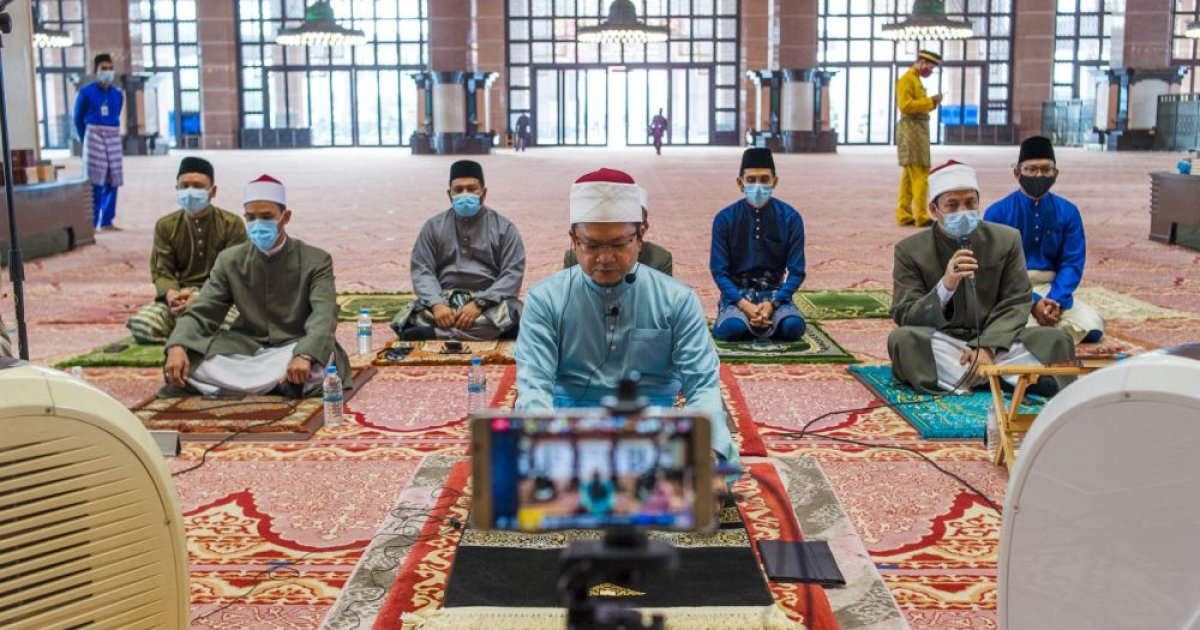Muslims celebrate Aidilfitri on moderate scale, complying with MCO SOP