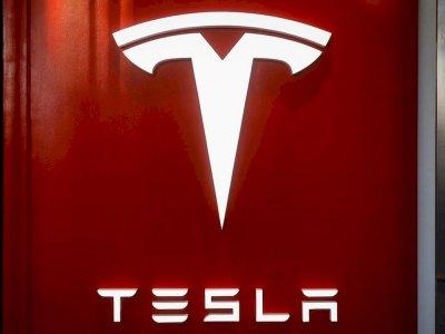 Dangerously trending: Driverless Tesla videos on social media