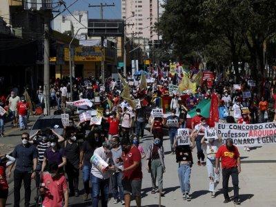 巴西新冠死亡病例逾50万 民众示威促总统下台
