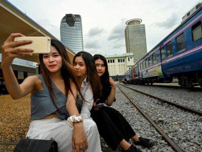 居民解封后纷纷涌去 柬埔寨火车咖啡馆成打卡热点!