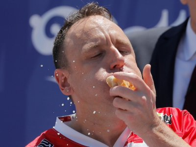 Chomp champ Chestnut sets another July 4th hot-dog eating record