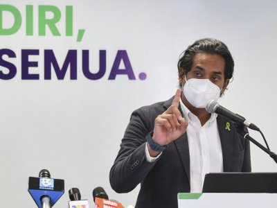 Khairy: Public can take videos, photos of themselves getting vaccinated