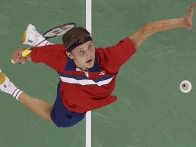 Axelsen to face defending champ Chen in Olympic badminton final