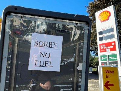 燃油短缺引恐慌抢购        英国出动军队协助运油