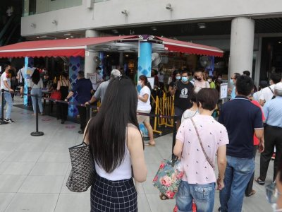 Confusion, frayed tempers at Singapore coffee shops, hawker centres, malls on firstt day of entry curbs for unvaccinated patrons
