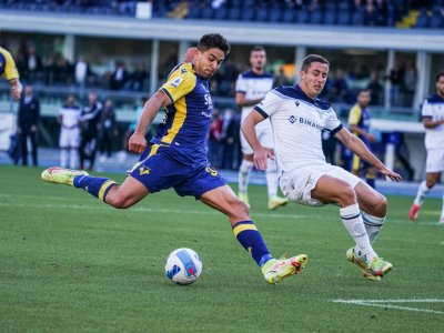Verona's Simeone shoots four past Lazio, Fiorentina thump Calgiari
