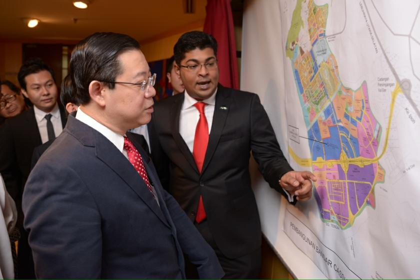 Aspen group group chief executive, M.Murly (centre), showing Penang Chief Minister Lim Guan Eng the location of the Ikea in Batu Kawan, Penang, January 10, 2014. Picture By K.E. Ooi