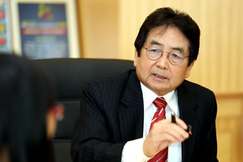 The suggestion by Tan Sri Joseph Kurup to delete the race box in forms has been positively received by the public according to a street survey. – Picture by Saw Siow Feng