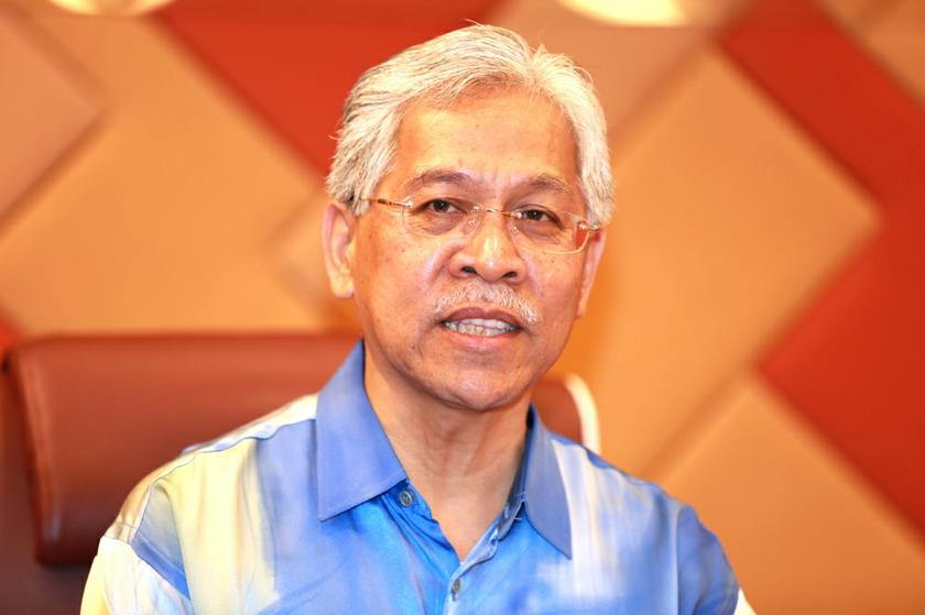 Datuk Seri Idris Jusoh said that the work of installing smart learning and teaching equipment in all the schools involved was running smoothly, although it had previously been delayed due to the implementation of the MCO. — Picture by Saw Siow Feng