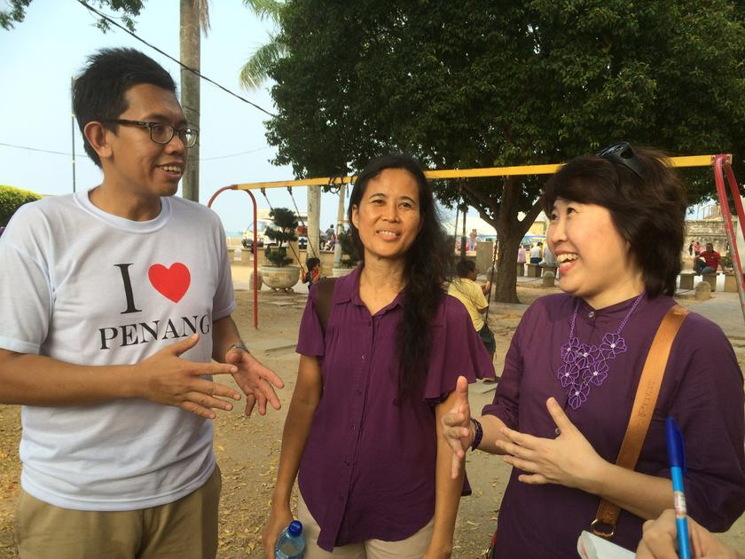 Azrul Mohd Khalib (left), Malaysians for Malaysia convener, is pictured talking to participants of 'A Walk in The Park' along the heritage trail in George Town. — Picture by Opalyn Mok
