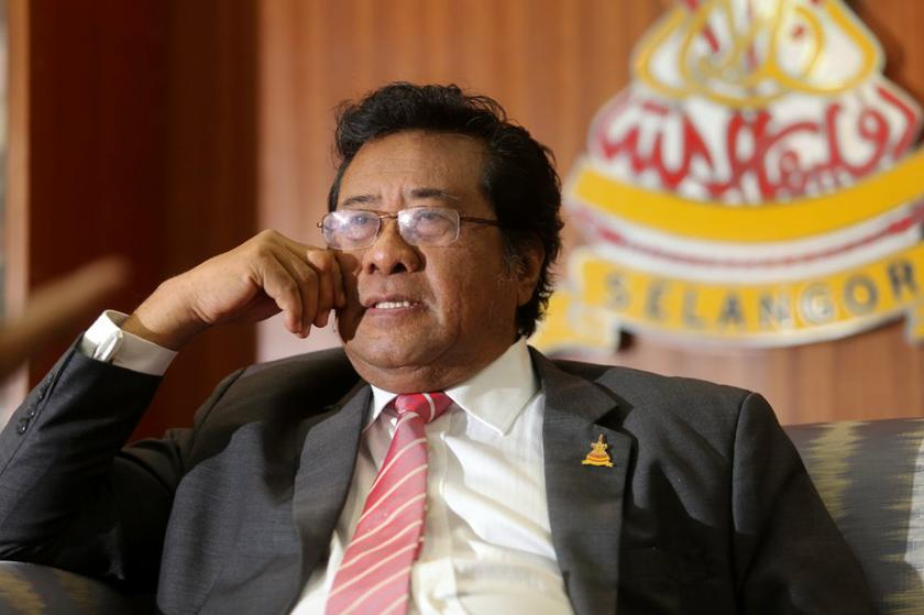 Selangor Mentri Besar Tan Sri Khalid Ibrahim announces that he had sent a letter to the Sultan to seek consent to sack DAP and PKR excos who do not support his leadership.— Picture by Choo Choy May