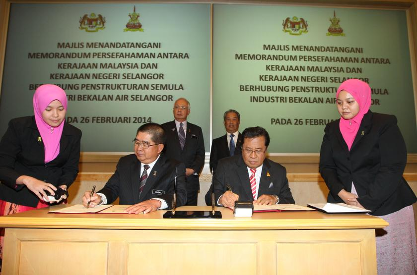 The MoU between political rivals was signed by Selangor Mentri Besar Tan Sri Khalid Ibrahim (right) and Energy, Water and Green Technology Minister Datuk Seri Dr Maximus Ongkili on February 26, 2014. — Picture courtesy of Selangor Mentri Besar's office