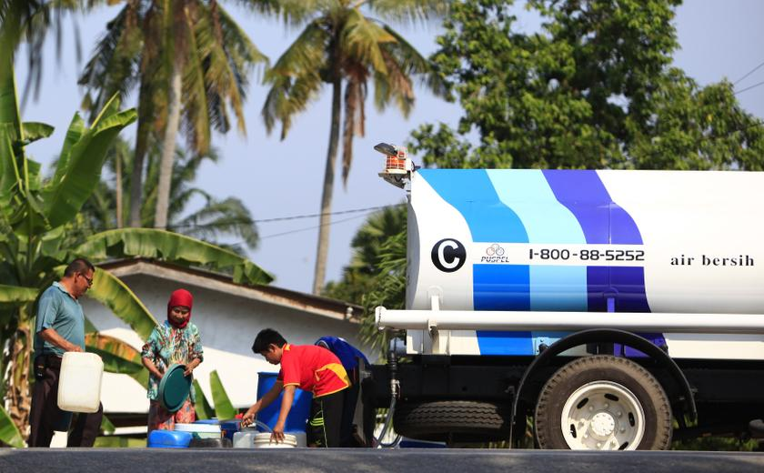Residents collect water from a tank truck at Hulu Langat district outside Kuala Lumpur February 18, 2014. — Reuters pic