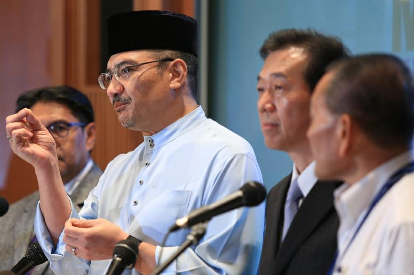 Acting Minister of Transport Datuk Seri Hishammuddin Hussein (second left) foreign intelligence agencies have found nothing 'suspicious' among the passengers on board Flight MH370 after doing repeated background checks. — Picture by Saw Siow Feng