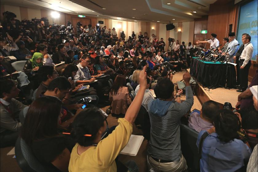 Reporters and photographers attend the daily MH370 press conference at Sama Sama Hotel, on March 21, 2014. — Picture by Saw Siow Feng