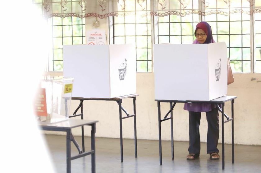 EC chairman Tan Sri Mohd Hashim Abdullah stressed that voters need not worry about reprisals for their votes, explaining that their ballots were confidential by law. ― Picture by Choo Choy May