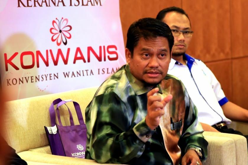 Ikatan Muslimin Malaysia (ISMA) president Abdullah Zaik Abdul Rahman speaks at the Islamic Women's Convention (KONWANIS) 2014 at the Multimedia University, Cyberjaya, April 26, 2014. ― Picture by Saw Siow Feng