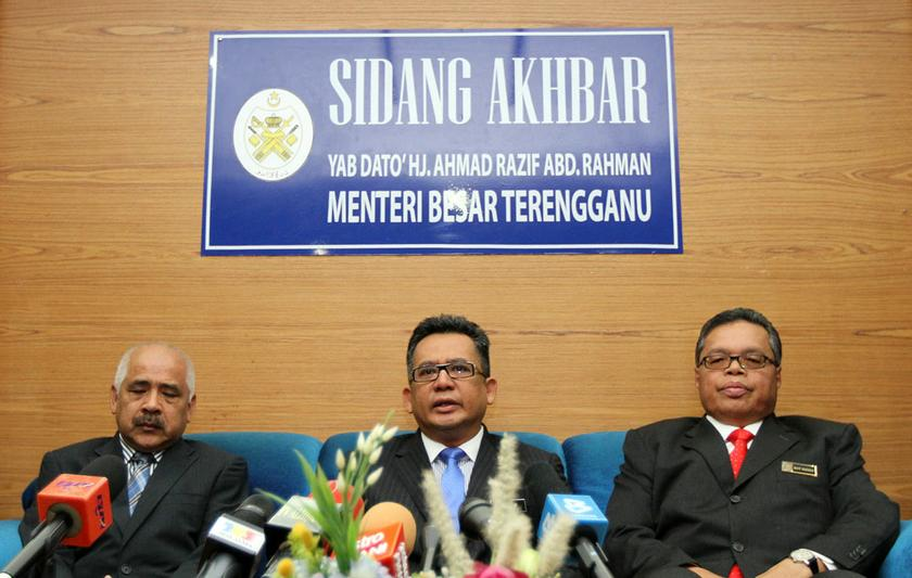 Terengganu mentri besar Datuk Ahmad Razif Abdul Rahman (centre) said bauxite mining was carried out on private land and enforcement was conducted round-the-clock. ― Picture by Yusof Mat Isa