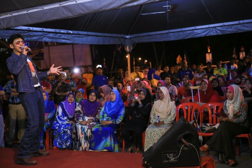 Barisan Nasional (BN) brought in popular singer Jamal Abdillah (left) to its rally last night to court voters. ― Picture by Saw Siow Feng