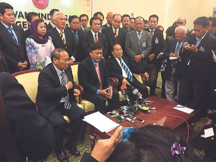 Mawan (seated centre) announces that he is joining Teras during a press conference, May 15, 2014. With him are SPDP and SUPP members who have joined Teras. — Malay Mail pic