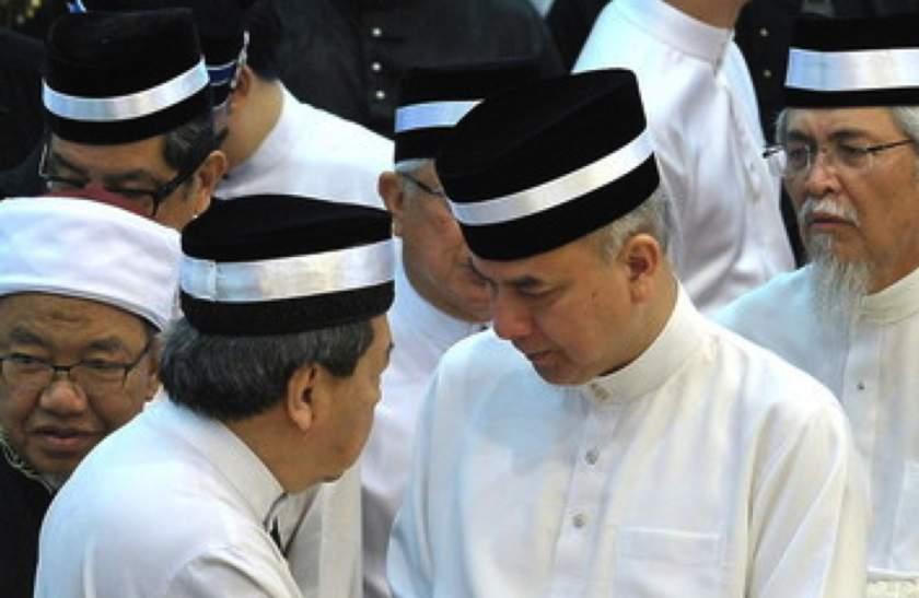 The Sultan of Selangor, Sultan Sharafuddin Idris Shah shakes hands with the Regent of Perak, Raja Dr Nazrin Shah (right) after paying last respects to the late Sultan Azlan Shah at Istana Iskandariah, Kuala Kangsar, May 29, 2014. — Bernama pic