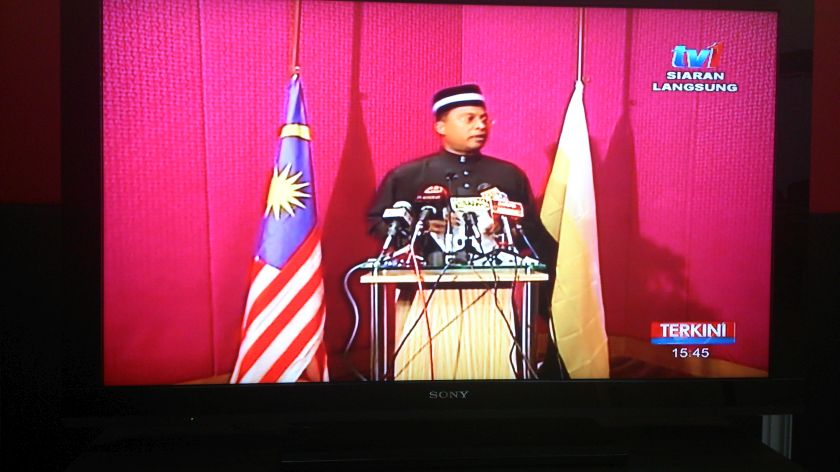 Perak Mentri Besar Datuk Zambry Abdul Kadir announcing on national television the passing of Sultan Azlan Shah at the age of 86. — file picture