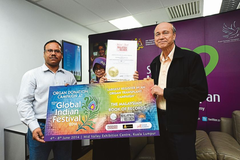 National Organ Donation Public Awareness Action Committee chairman Tan Sri Lee Lam Thye (right) says the number of pledges has reached one per cent of the country's population. ― File pic